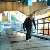 高速道路の1段目、階段の上まで、あがりました、心臓と足腰が強く回復しています