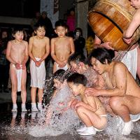 2017志賀海神社 夜の寒みそぎ 2 (樽の水が一気に頭の上から押し寄せる)《福岡市東区志賀島》