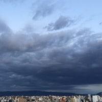 重い雲と、三日月、