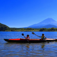 精進湖でカヌーをする子供たち