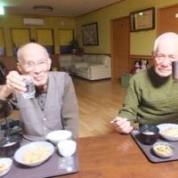 二人の男性の食時