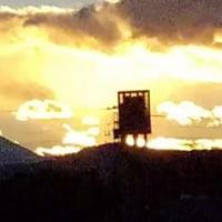 夕暮れと二つの富士山と金比羅宮