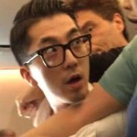 大韓航空機内で暴れる乗客が客室乗務員に縛り付けられる