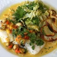 メルルーサ  ベビー帆立貝サフランソースに春の新キャベツソテー。油を使わないポテトチップス