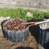 落ち葉堆肥作り、落ち葉の追加と切り返し。