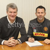 Ryan Giggs signs Manchester United contract extension