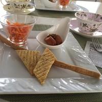 エダムチーズとガーリックとハーブのクラッカー「魔女(レ・ストレーゲ)」とイタリアのグリッシーニです。