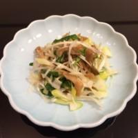 頼々軒厨房に入る:桃屋の搾菜とネギの和え物