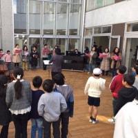 小学校の中庭でミニ・コンサート♪