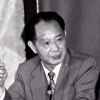 中国で、総書記に胡耀邦、党軍事委主席に鄧小平を選出。
