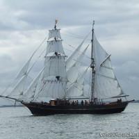 帆走貨物船が曳航された