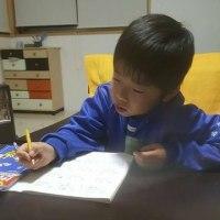 宿題が多すぎる、できないと自暴自棄になっている小2孫と電話