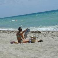 マイアミビーチ「新聞を読む女性」