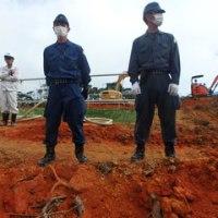 赤土がむき出しになったH地区のヘリパッド建設現場で抗議行動。