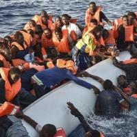 難民1500人を地中海で2日間にわたり救助した   イタリア