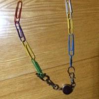 色クリップのネックレス