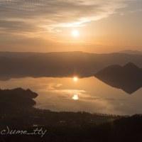 湖面に映る太陽2つ
