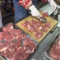 地元のお肉を調理する