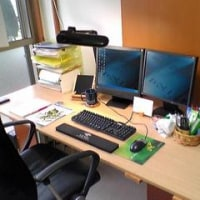 翻訳オフィスの机はこんな感じ