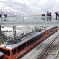 Gornergrat駅(標高3089m)から、Matterhornを仰ぐ人々