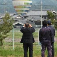 熱気球降下-地区運動会が始まる前に