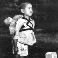 2059 ・焼き場に立つ少年