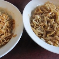 台湾の麺類を食べる
