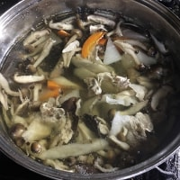 キノコのボリ(ナラタケ)をたくさん買って芋の子汁にしました。処理をした後の残りは冷凍保存です。