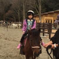 ネオンちゃん 馬に乗ったり歌ったり