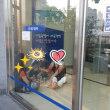 【韓国 】銀行の中で涼みながらビールを飲む女性