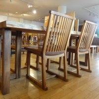 一枚板テーブルに合うチェアー。チェアーの合わせ方で雰囲気は変わります。一枚板と木の家具の専門店エムズファニチャーです。