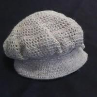 かぎ針編みのキャスケット帽