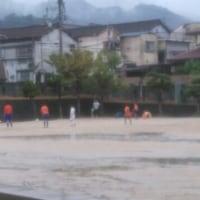 雨のなかのサッカー