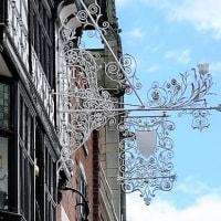 英・チェスターの街と装飾吊り看板・その2
