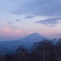 春の羊蹄山の夜明け
