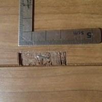 フローリングの表面のはがれ 問題の部分に打ち損じたエアータッカーがありました