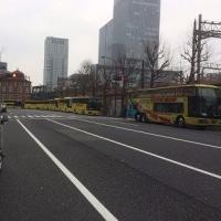 東京駅にて「はとバスがいっぱい」