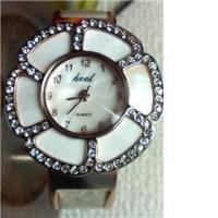 花びらの形の時計