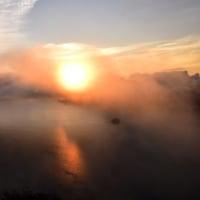 霧が流れる摩周湖。