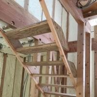 宙に浮いた木製階段