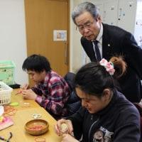エコボール「根気いる作業」 京都、野球振興会理事長が見学