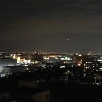 真っ暗な空には下弦の月が細く見えます。