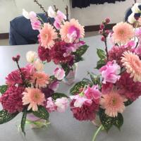 花育ボランティア、今日はお母様達のアレンジレッスン。