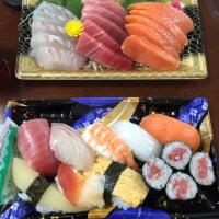 昼飯。刺身と寿司。いただきます。
