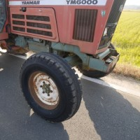 トラクターの前輪タイヤがバーストした。
