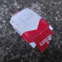 たばこの空箱1個、収集 レジ袋でゴミ拾い&街美化とパトロール