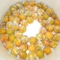 完熟小梅の減塩梅干、漬けこみました/傷梅はブランディ梅酒に。