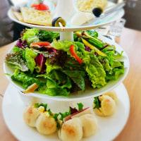昼ご飯は、アフタヌーンティーセットにさつまいもモンブラン(スナッフルズ札幌清田店)