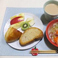 野菜スープとパンの朝ごはん