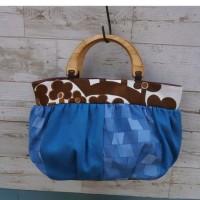 ブルーのバッグ